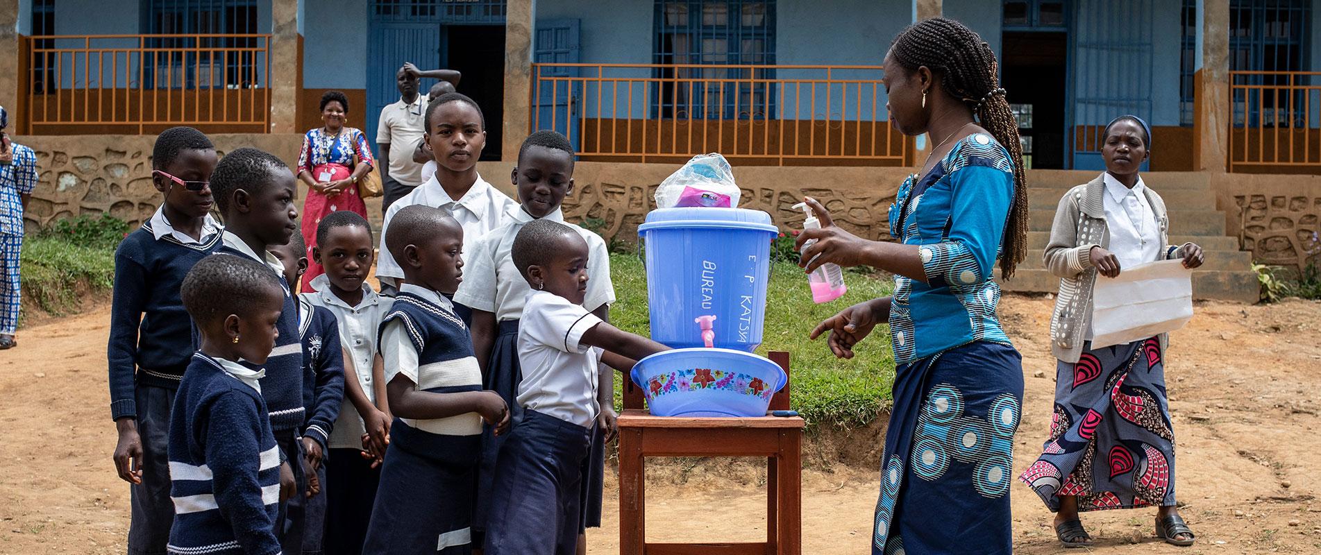 Kinder beim Händewaschen