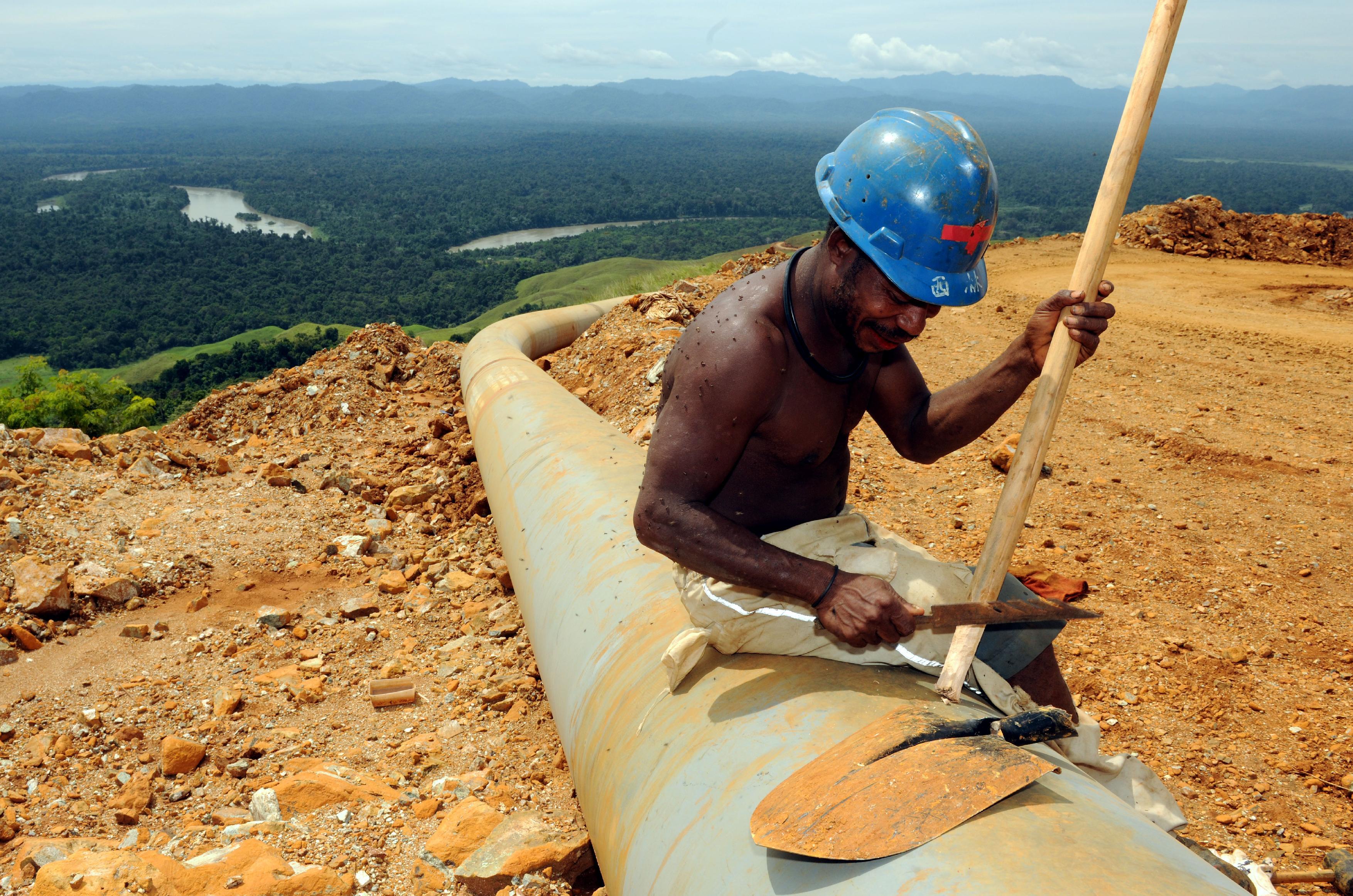 Mann repariert Rohrleitung