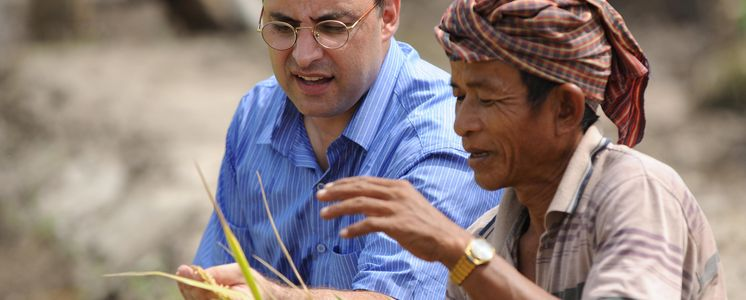 Dariush Ghobad checks the rice harvest of the project partner Life with Dignity. The organisation trains small farmers in sustainable agriculture. (Photo: Christof Krackhardt)