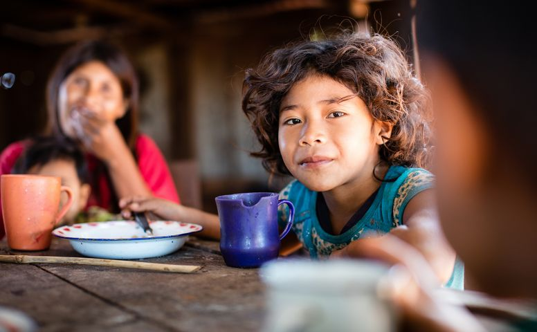 Adriana (9) having Breakfast. Her Family is supported by the paraguayan partner organisation Oguasu. (Photo: Katrin Harms)