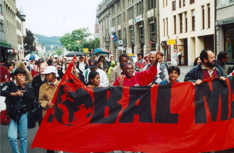 Text auf Rückseite vom original Fotoabzug:Global March, Frieburg Mai 1998