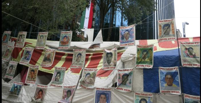 Plakate vor der Generalstaatsanwaltschaft in Mexiko-Stadt