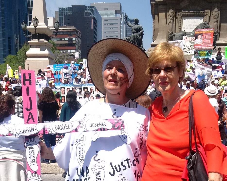 Präsidentin Füllkrug-Weitzel zu Besuch beim Marsch der trauenden Mütter in Mexico.