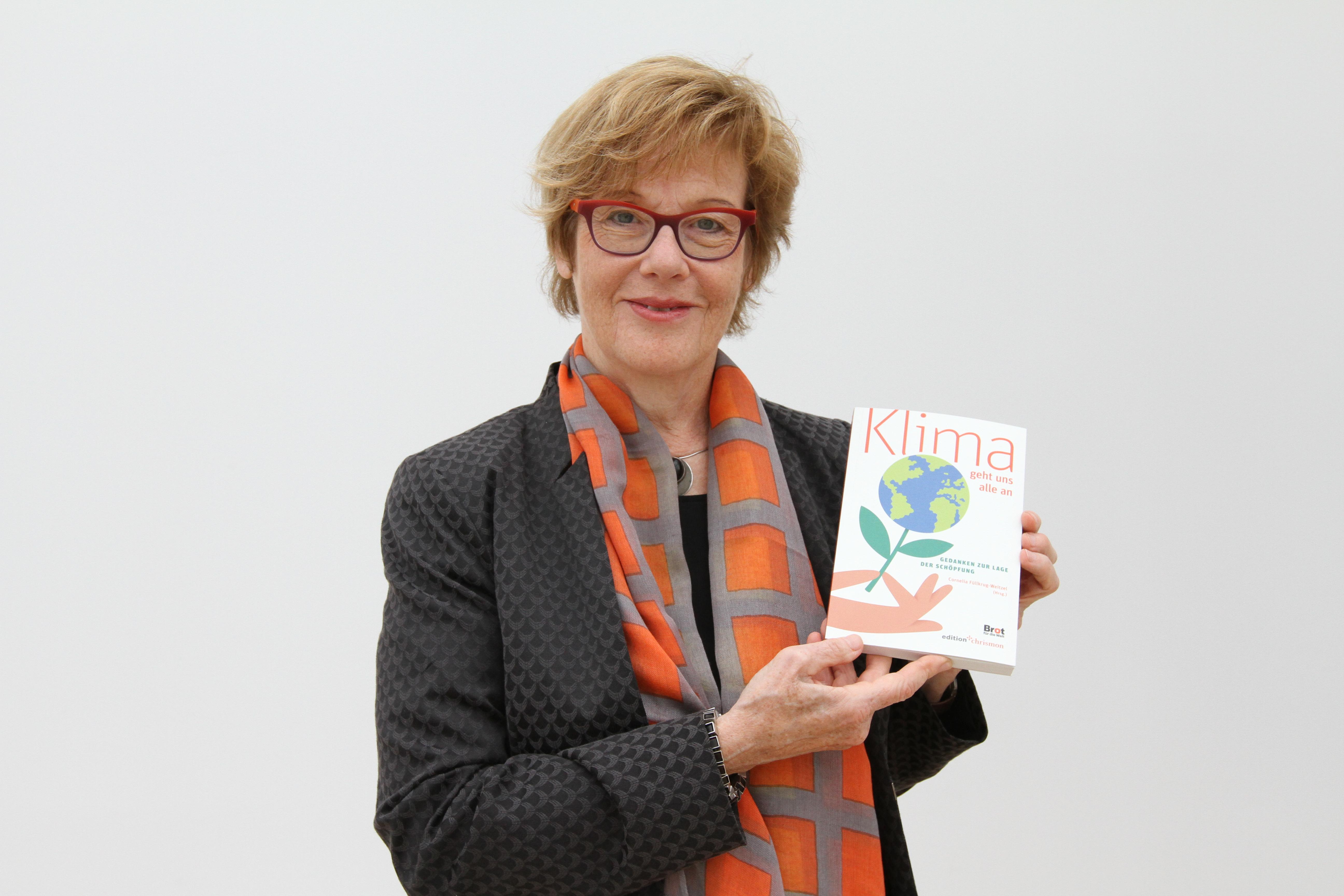 Cornelia Füllkrug-Weizel präsentiert das Buch.