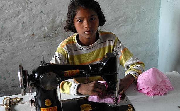 Viele Menschen - auch Kinder - stellen bis heute Kleidung unter ausbeuterischen Bedingungen her.