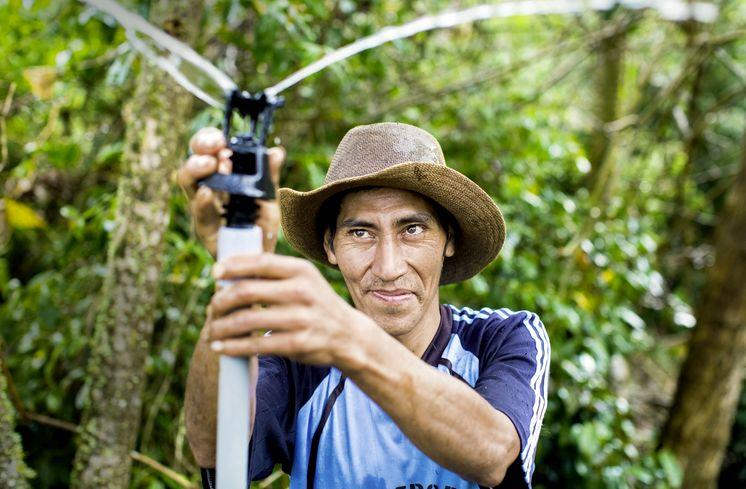 José Barrios bewässert seine Felder über Nacht mit einem modernen Sprinkler. Das spart Wasser und Zeit.
