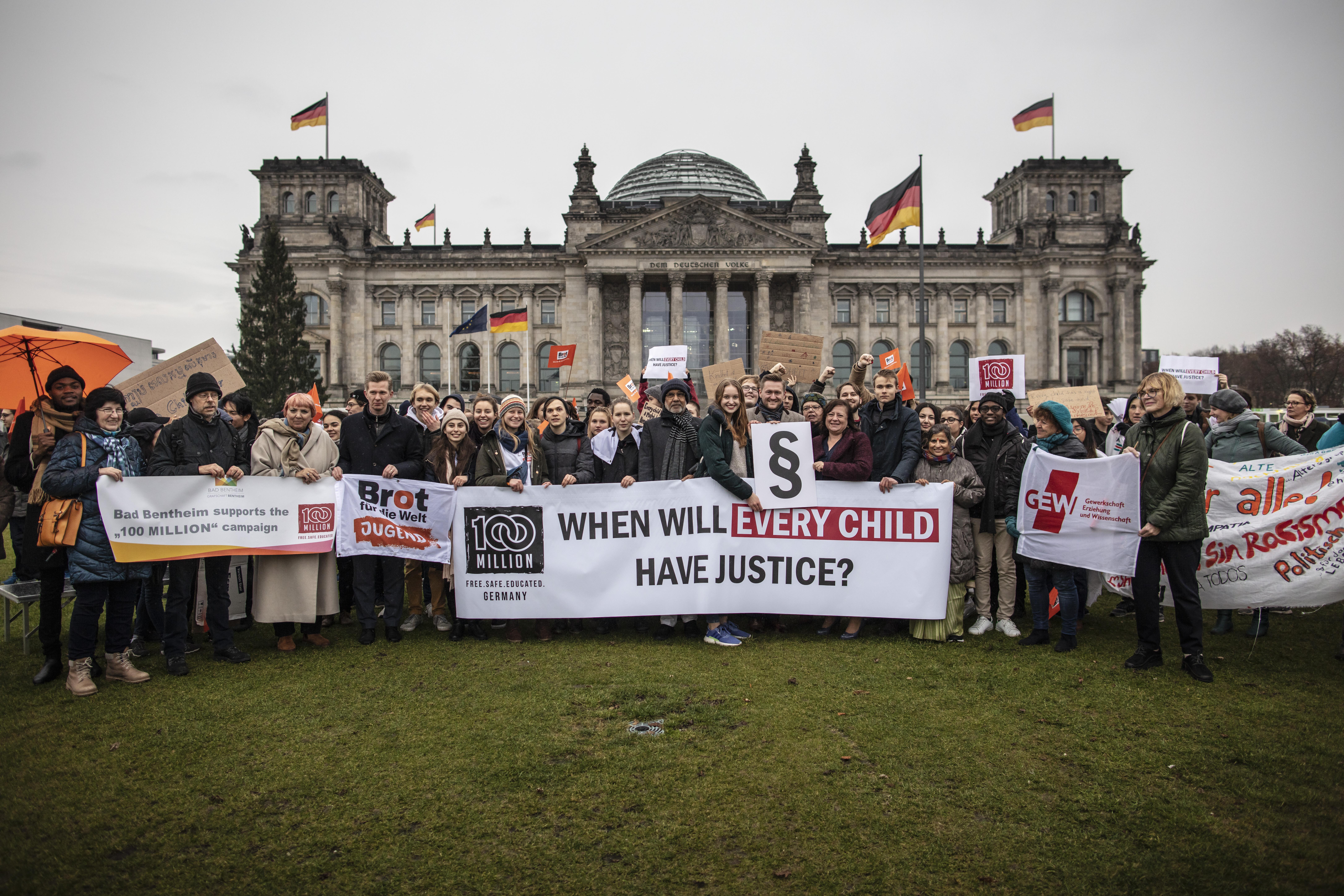 Jugendliche aus ganz Deutschland haben in Berlin ein Ende der Kinderarbeit gefordert.