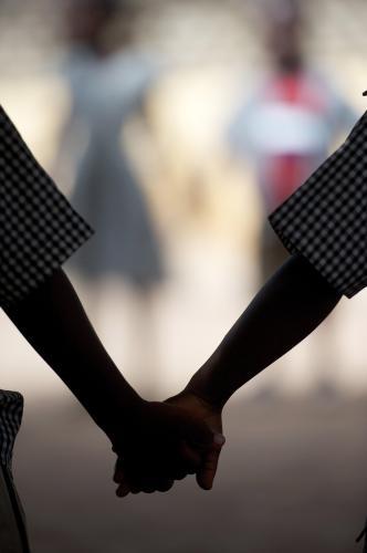 Zwei Kinder halten sich an den Händen.