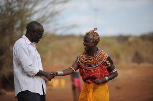 CCS-Projektkoordinator Timothy Kamutu im Gespräch mit Nomaden in Osten Kenias.