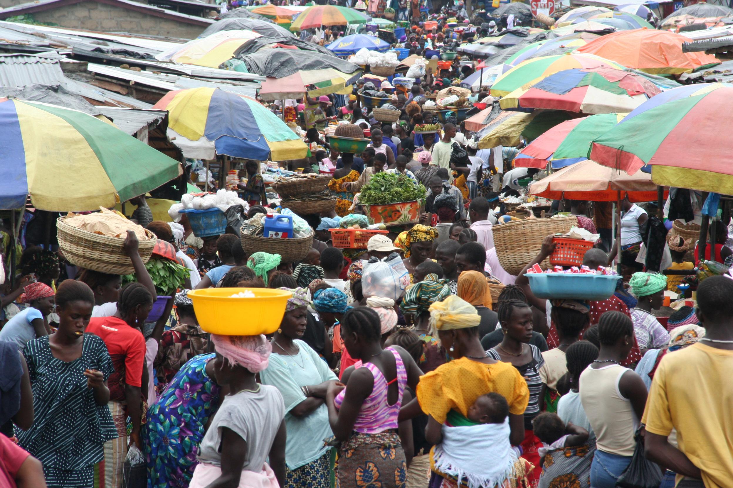 Markt im ehemaligen Flüchtlingslager Waterloo. Schirm, Schirme